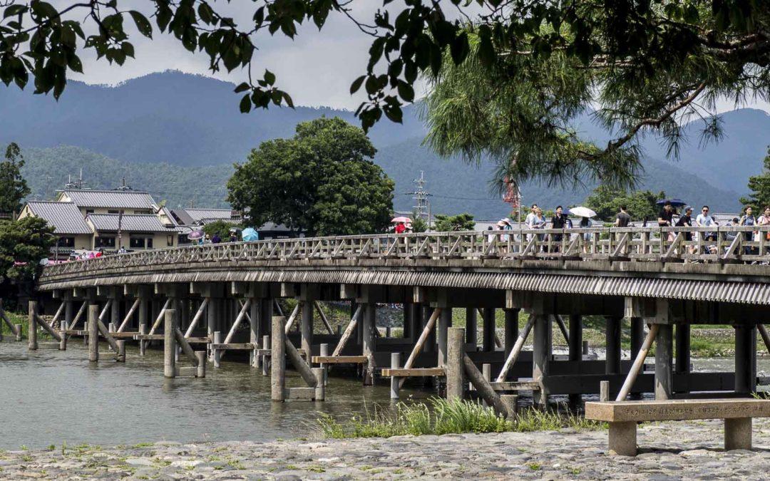 Traversée du pont Togetsukyo sur les traces d'Hokusai